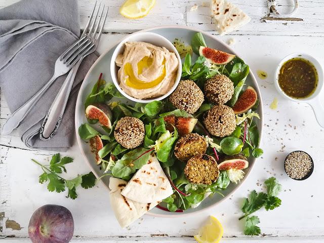 marokkanische Vollkorn Falafel mit Salat, frischen Feigen, Hummus und Pita {Werbung} | | Meine Kuechenschlacht