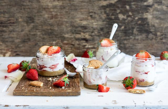 Joghurt-Erdbeer-Rose-Dessert-im-Glas