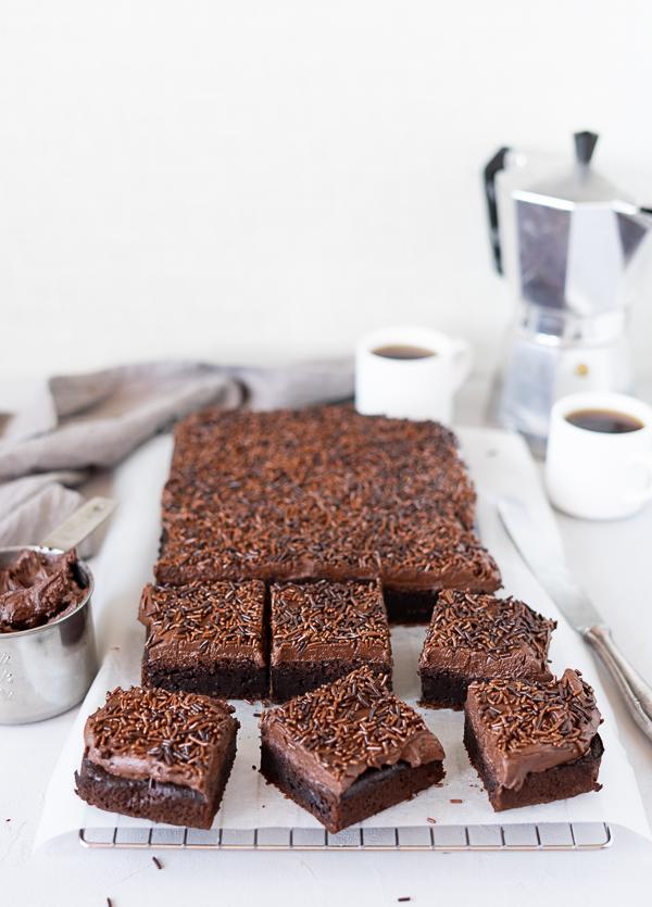 Schokoladen-Espresso-Kuchen-Schokoladen-Buttercreme-Schokostreuse
