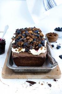 dänischer-Roggenbrot-Nuss-Kuchen-Heidelbeere-Schokolade-Frischkäsebuttercreme