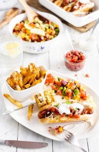 Chilidogs, Handcut Fries, Tomaten Salsa, Bohnen Salat