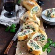 gefülltes Baguette, Salami, Feta, Spinat, Artischocke