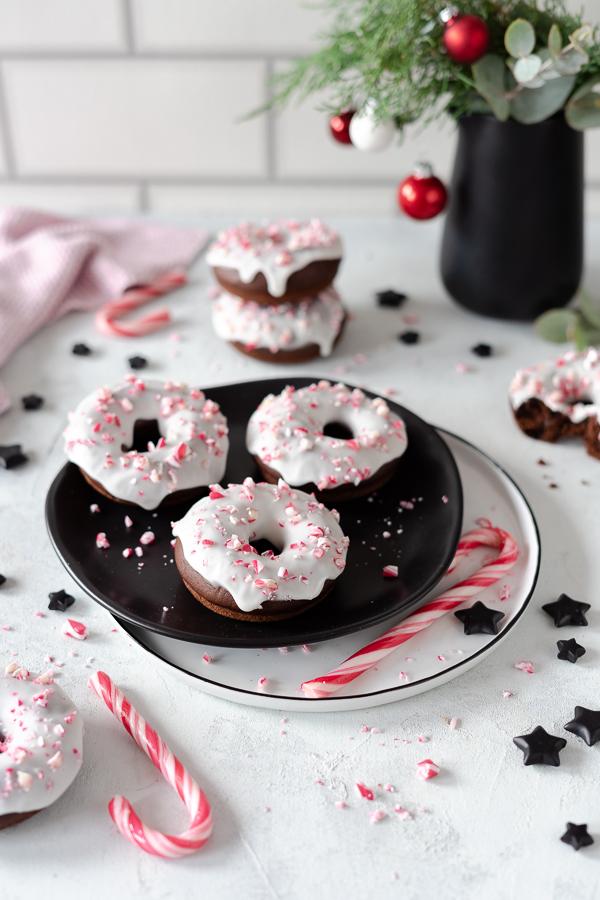 Schokoladen Donuts gebacken, mit Zuckerstangen Crunch
